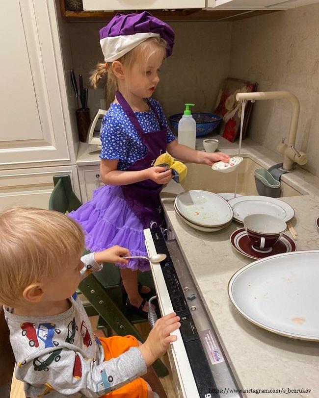Дети Сергея Безрукова моют посуду