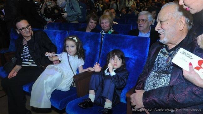 Дети Филлипа Киркорова с Мари и Бедросом Киркоровыми на концерте отца