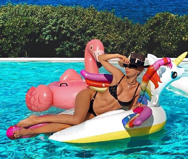 Светлана Лобода продемонстрировала свои купальники