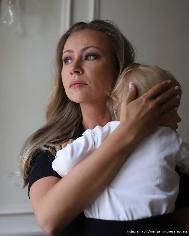 Мария Миронова поделилась пасхальной открыткой с младшим сыном на фоне храма