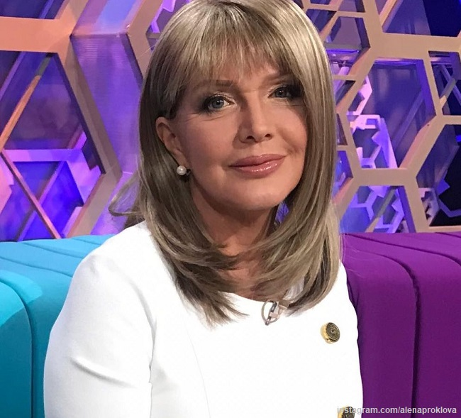 Елена Проклова появилась на шоу в эффектном образе
