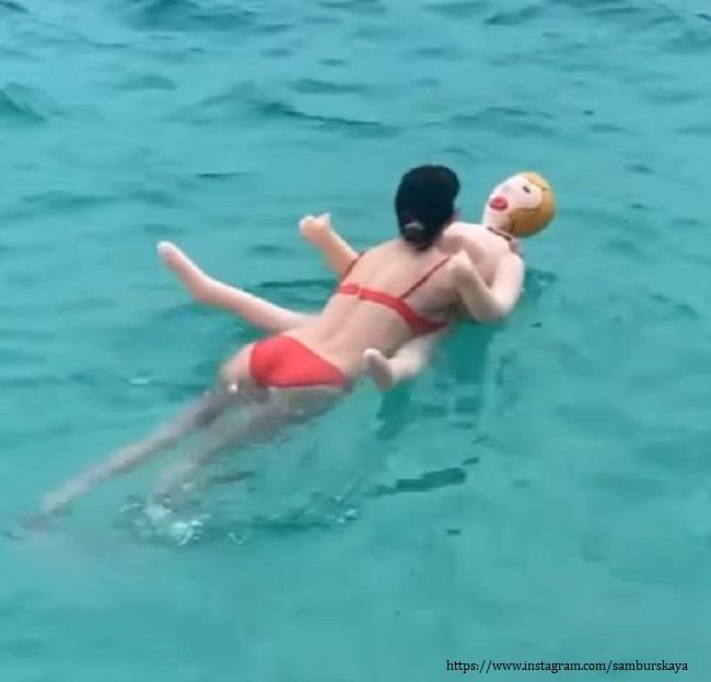 Настасья Самбурская плавает с надувной куклой