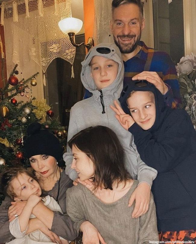 Татьяна Васильева с сыном, невесткой и внуками