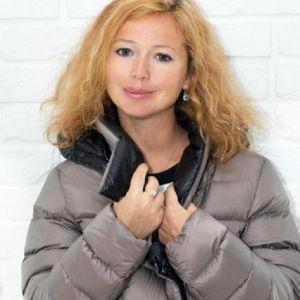 Подробнее: Беременная Елена Захарова побывала на встрече выпускников