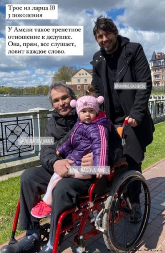 Бари Алибасов с сыном и внучкой