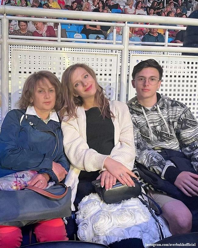 Елизавета Арзамасова с мамой и пасынком Мартином Авербухом