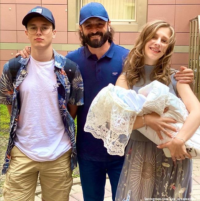 Лиза Арзамасова с новорожденным сыном и Илья Авербух с сыном Мартином