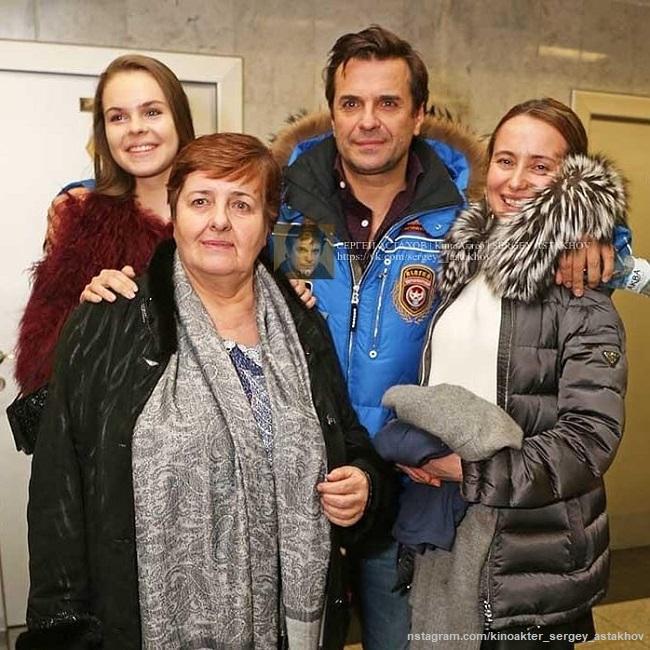 Сергей Астахов с мамой, дочерью и Викторией Савкеевой
