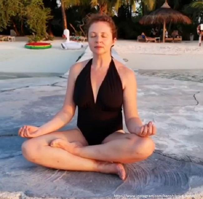 Анна Банщикова в купальнике
