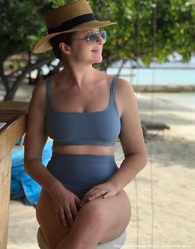 Анна Банщикова показала в Instagram свою фигуру в спортивном купальнике