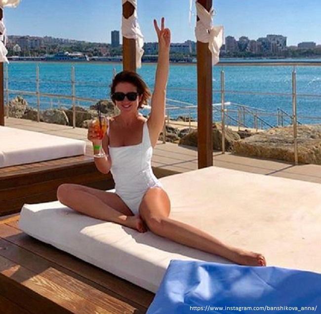 Анна Банщикова в белом купальнике