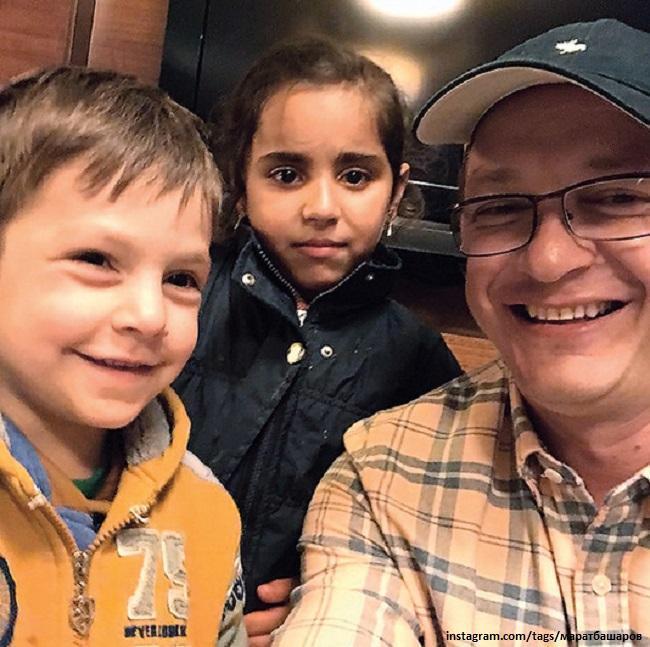 Марат Башаров с сирийскими детьми Ахмадом и Асмой