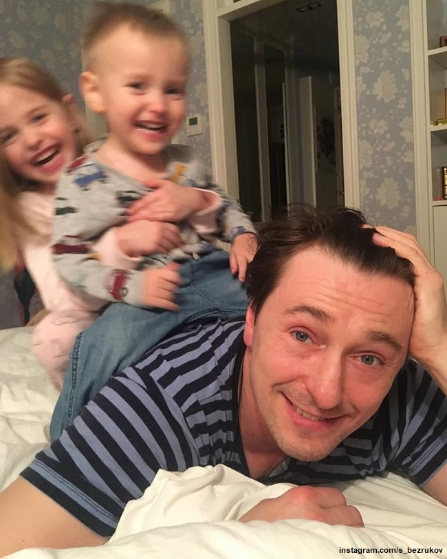 Sergey Bezrukov showed how he rolls on the back of grown-up children