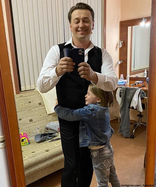 Сергей Безруков с дочерью Машей на гастролях