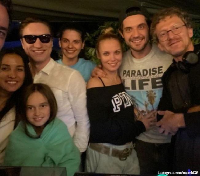 Марк Богатырев и Татьяна Арнтгольц с друзьями