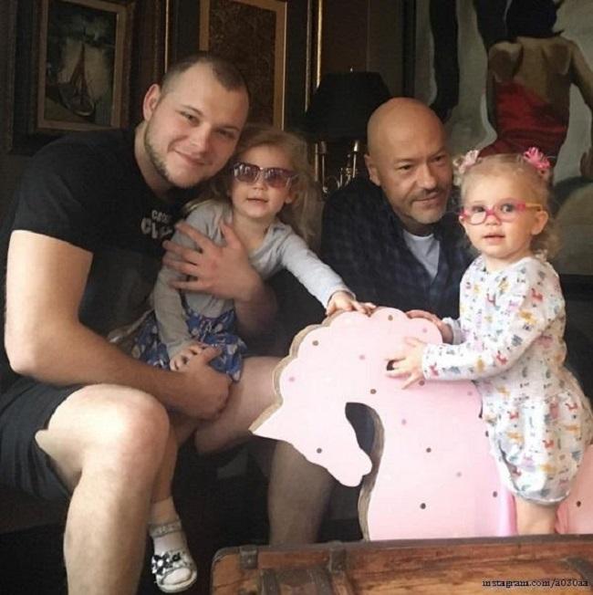 Федор Бондарчук с сыном и внучками