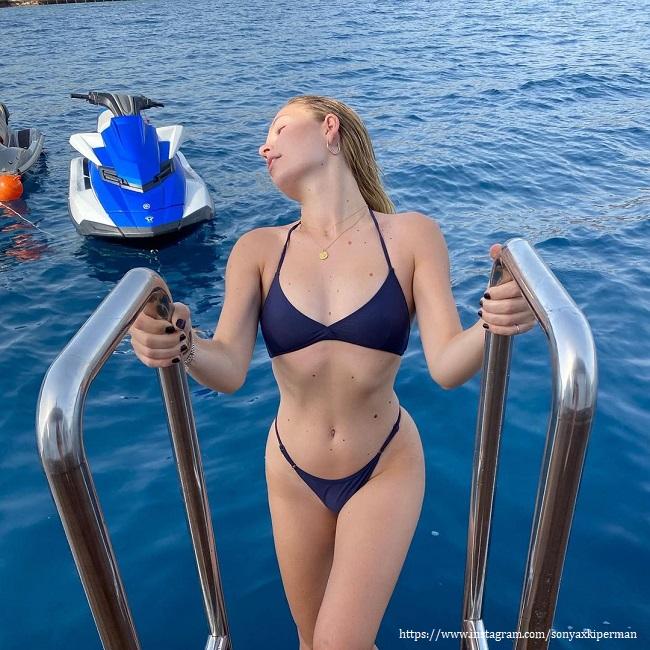 Соня Киперман в купальнике