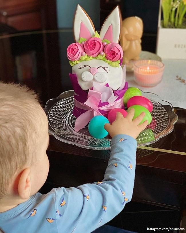 Ваган Петросян пытается взять пасхальное яйцо