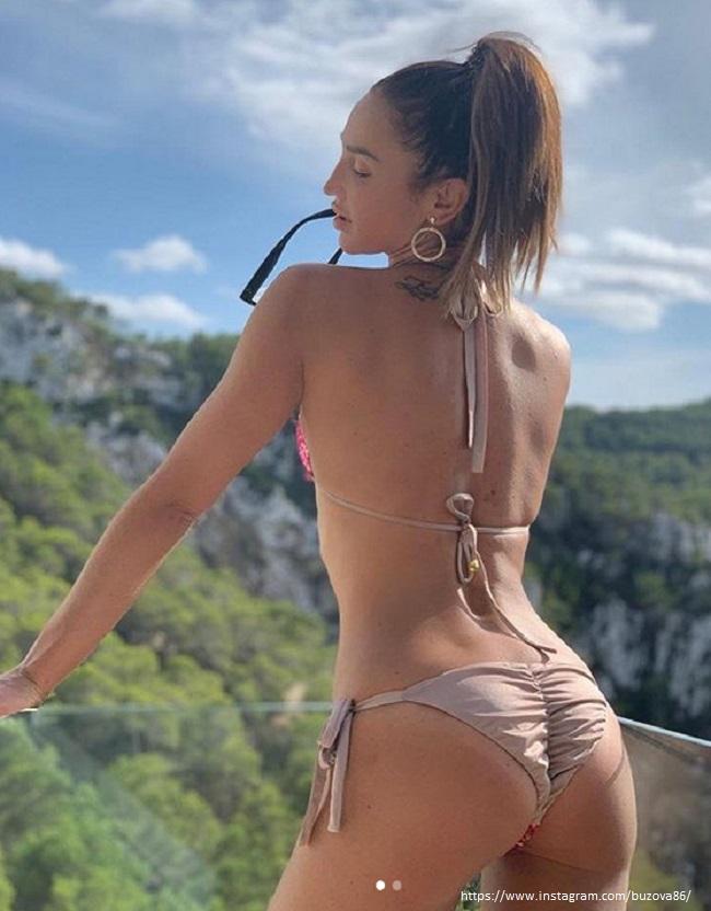 Ольга Бузова в бежевом купальнике