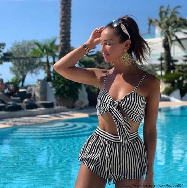 Ольга Бузова в полосатом купальнике