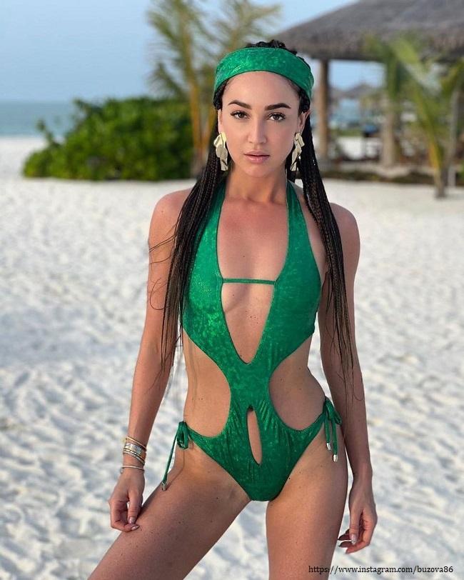 Ольга Бузова в изумрудном купальнике