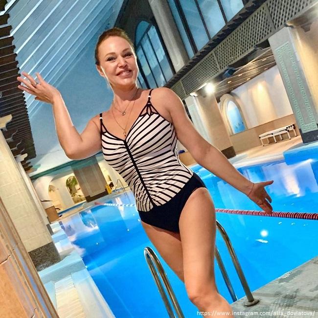 Алла Довлатова в закрытом купальнике