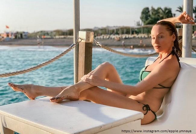 Жанна Эппле в купальнике
