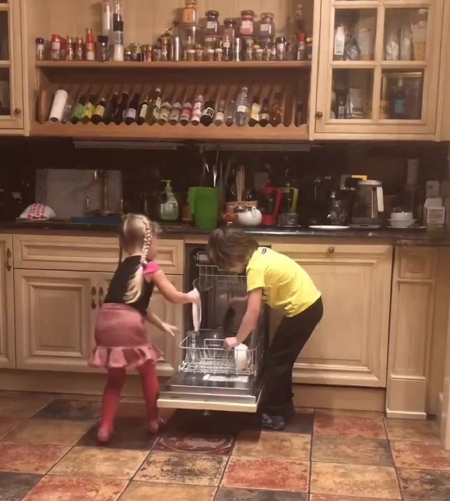 Лиза и Гарри загружают посудомоечную машину