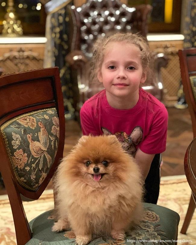 Лиза с любимой собачкой