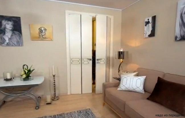 В гостиной установили складную дверь с уникальной системой открывания, которая называется «компакт» и особенно подходит для небольших комнат
