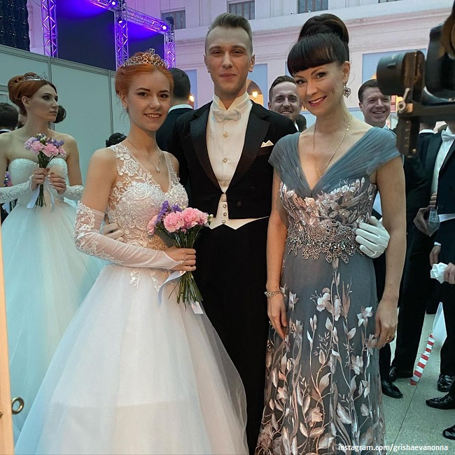 Нонна Гришаева с дочерью Анастасией и ее партнером