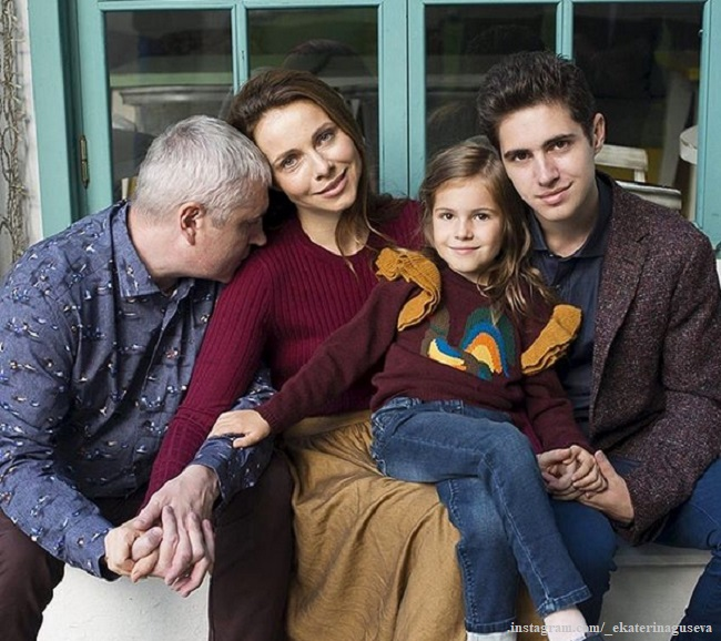 Екатерина Гусева с мужем Владимиром Абашкиным, дочерью Анной и сыном Алексеем