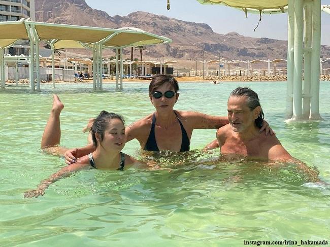 Ирина Хакамада и Владимир Сиротинский вместе с дочерью Марией отдыхали этим летом на Мертвом море в Израиле