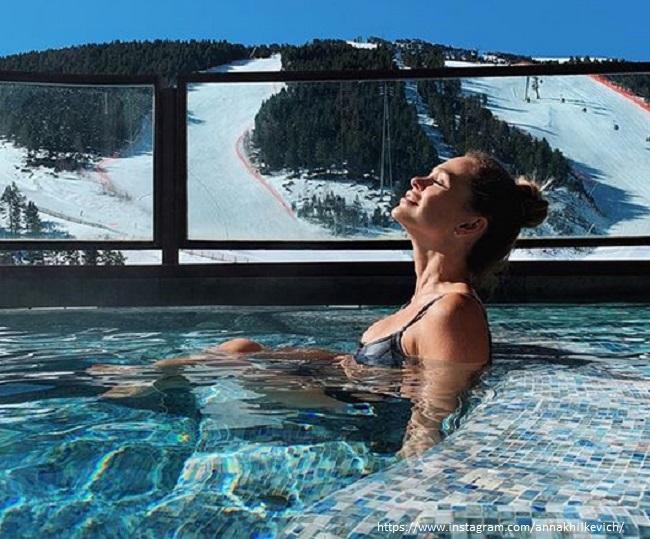 Анна Хилькевич в купальнике