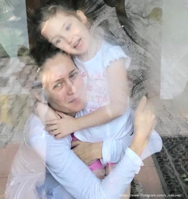 Виктория Исакова с дочерью