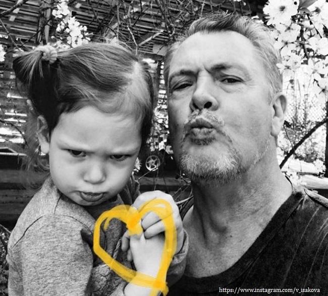 Муж Виктории Исаковой с дочерью