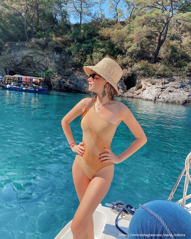 Мария Ивакова в купальнике