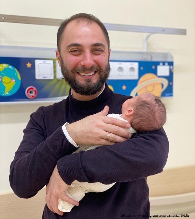 Демис Карибидис новорожденной дочерью