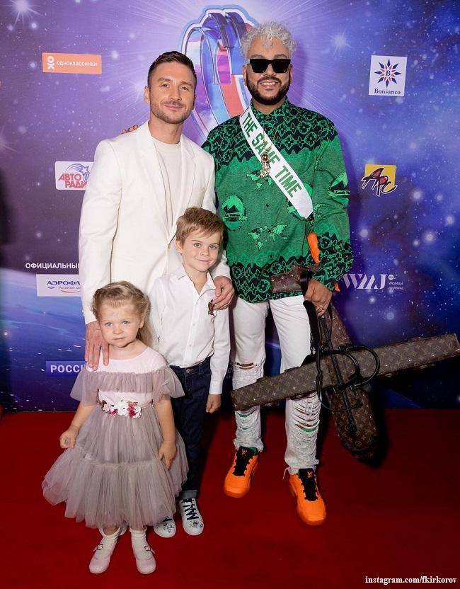 Филипп Киркоров с сумкой-самолетом и Сергей Лазарев с детьми