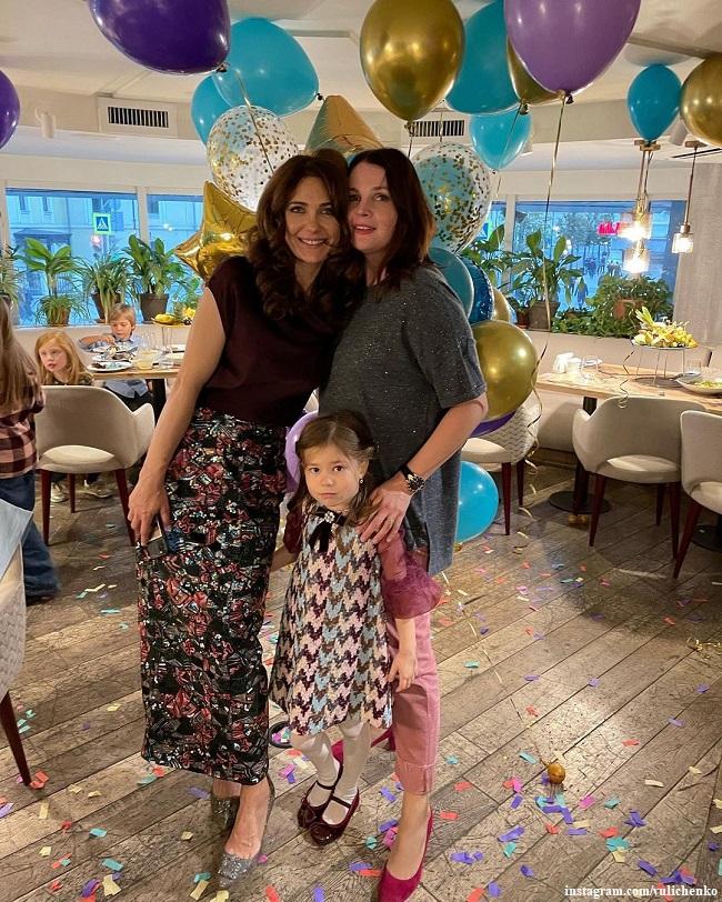 Екатерина Климова с дочерью Беллой и ее крестная мама Екатерина Вуличенко