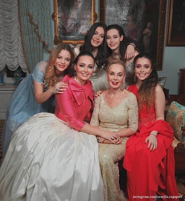 Нелли Кобзон с дочерью Натальей и внучками