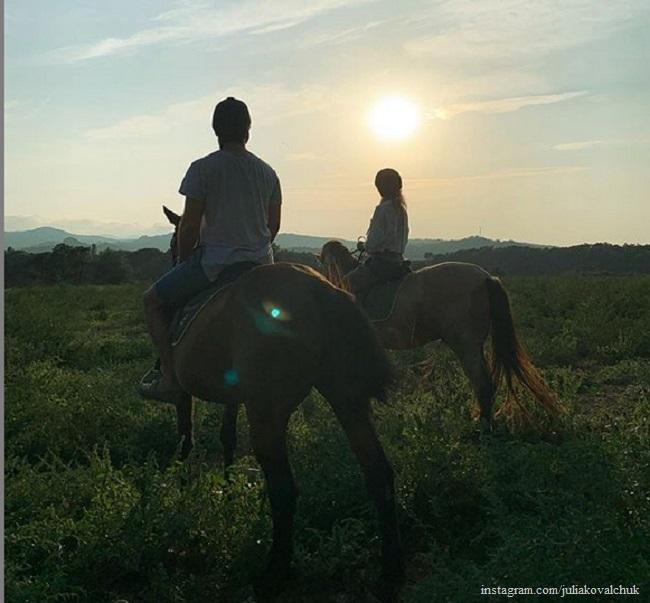 Юлия Ковальчук и Алексей Чумаков на конной прогулке