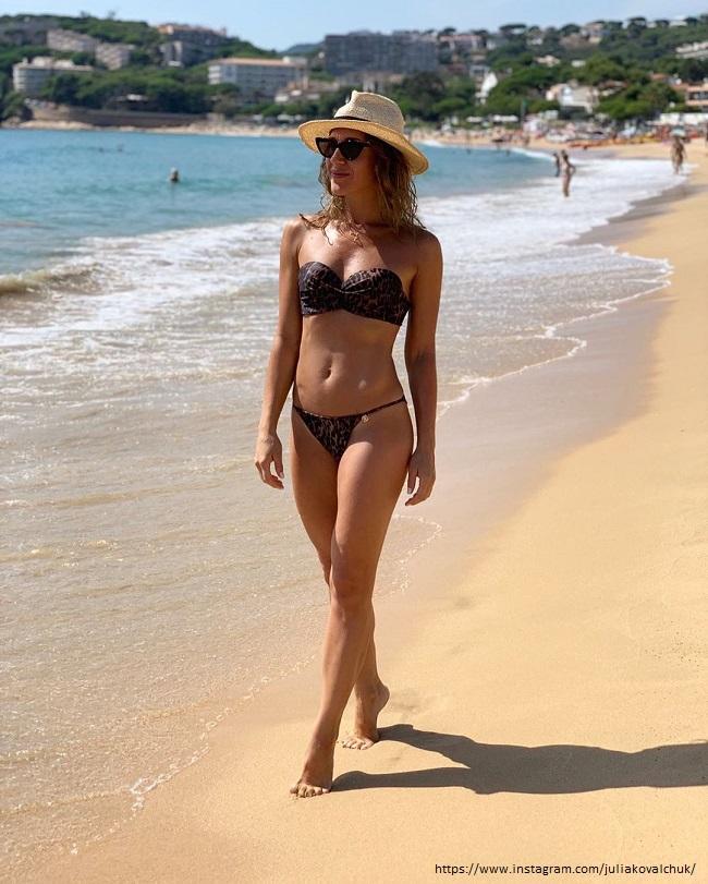 Юлия Ковальчук в черном купальнике
