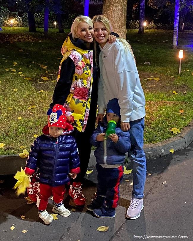 Лера Кудрявцева с дочкой, племянником и невесткой