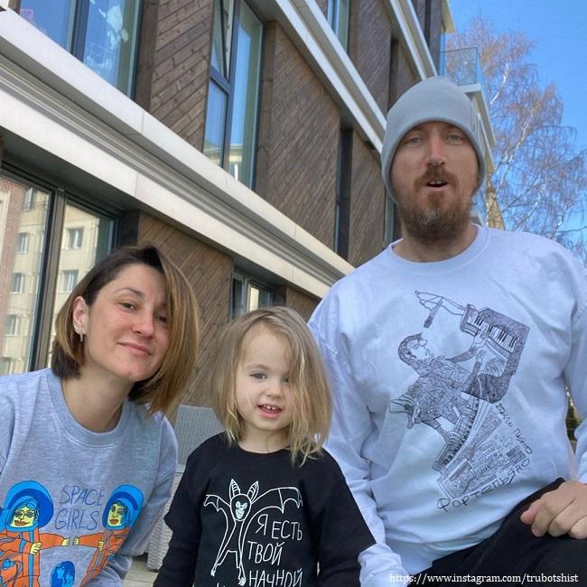 Крилл Кяро с женой и дочкой