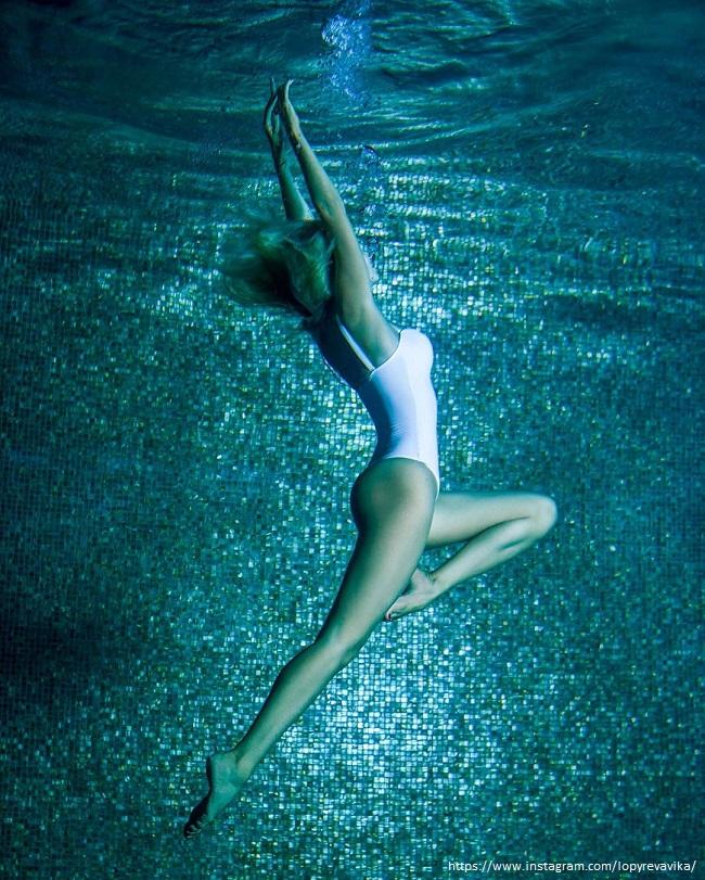 Виктоия Лопырева в купальнике