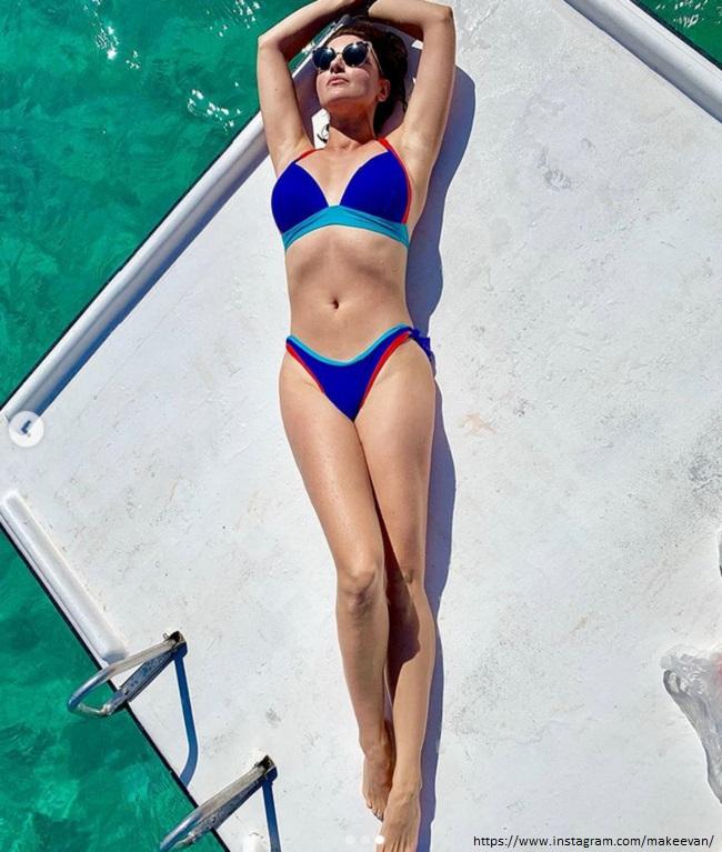 Анастасия Макеева в синем купальнике