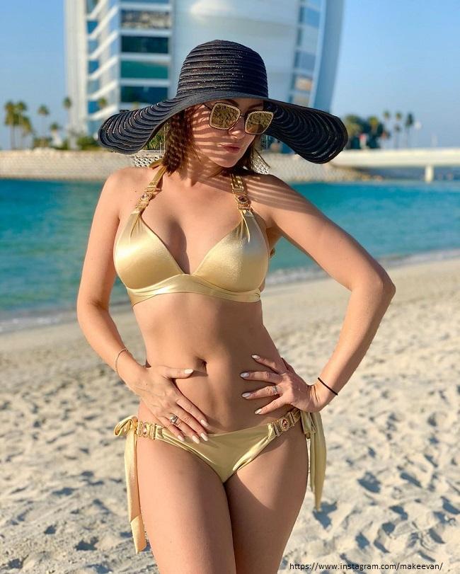 Анастасия Макеева в золотом купальнике