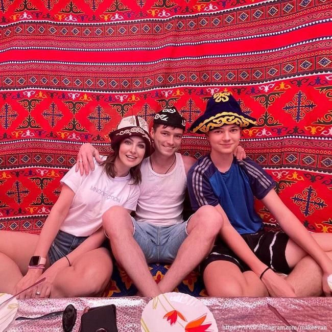 Анастасия Макеева с женихом и его сыном