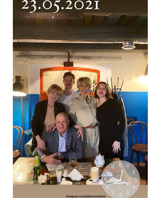 Юлия Меньшова с родителями и детьми